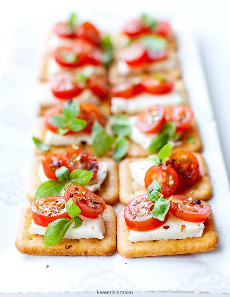 Mini Kanapeczki Na Krakersach Z Mozzarellą I Pomidorkami