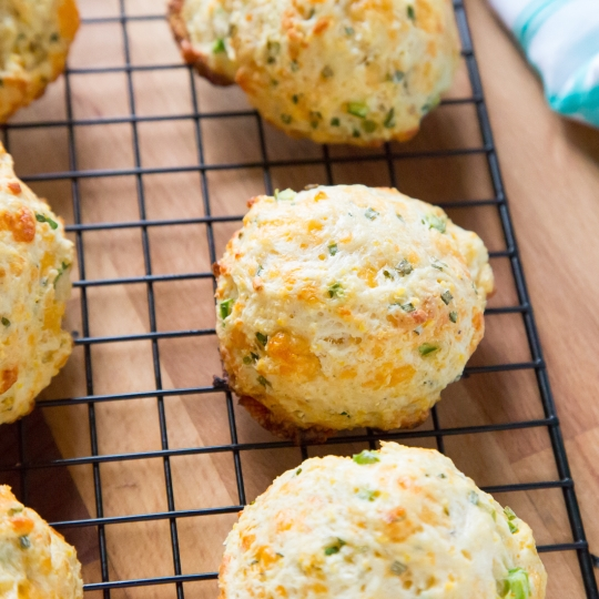 Crazy Addictive Cornmeal Biscuits With Cheddar, Chives and Jalapeà ...