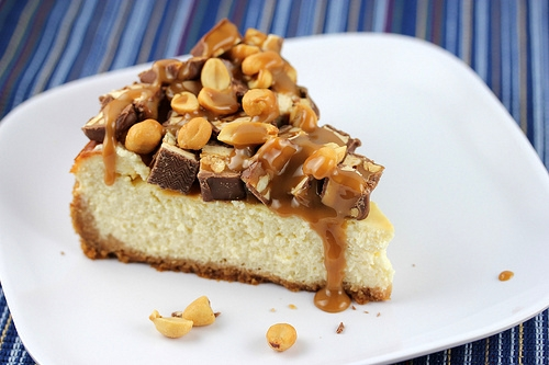 snickers cheesecake recept