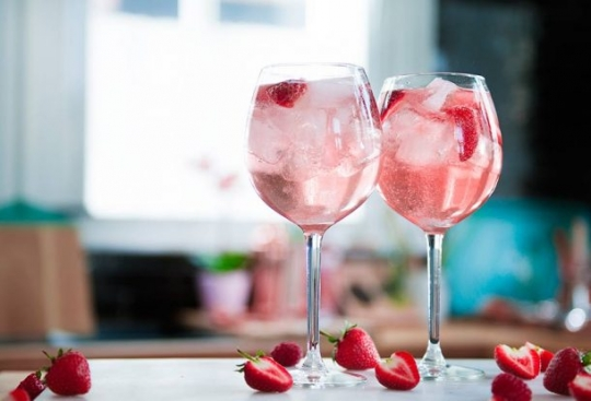 Pink Gin Prosecco Cocktail | KeepRecipes: Your Universal